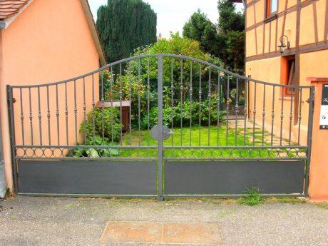 Portail en fer forg metal concept escalier for Portillon hauteur 1m80