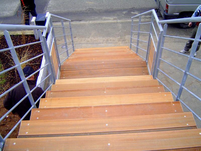 Escalier ext rieur avec limon en ipn metal concept for Largeur escalier exterieur