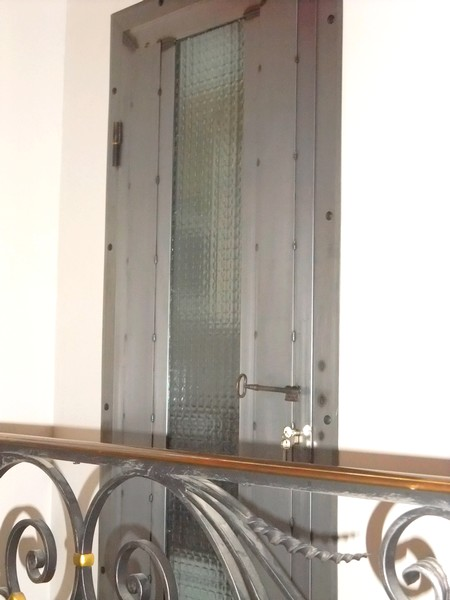 porte métallique et étagère
