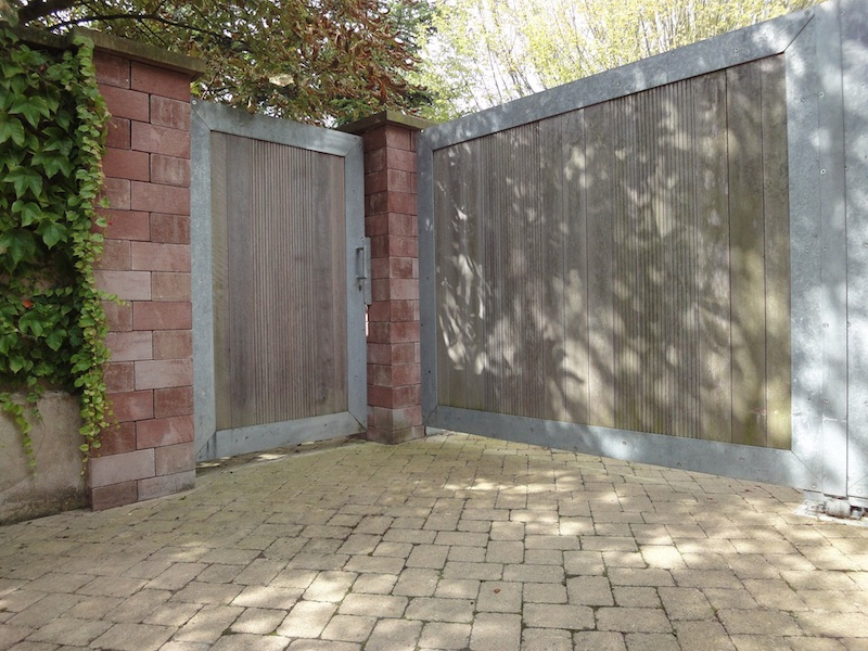 Portail contemporain en acier galvanis et bois metal for Portail jardin metal