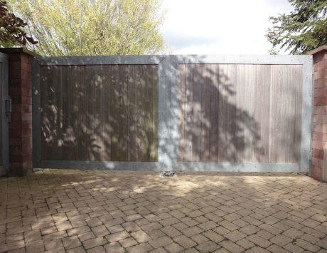 portail contemporain en acier galvanisé et bois