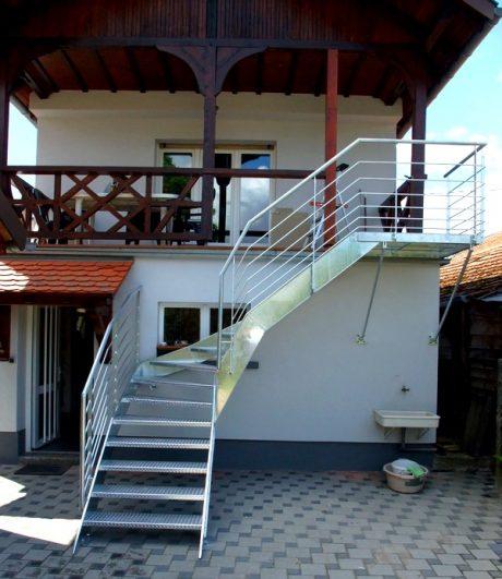 escalier galvanisé avec marches en tôle à larme