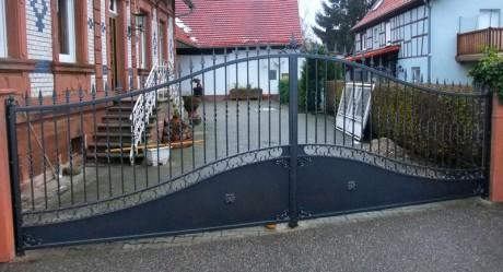 Portail en fer forgé avec portillon